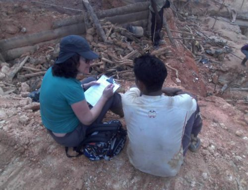 Sitting at the edge of a pit. Talking with migrant miner in Suriname, in project on changing mining technology.  Balengsoela, Brokopondo, January 2016